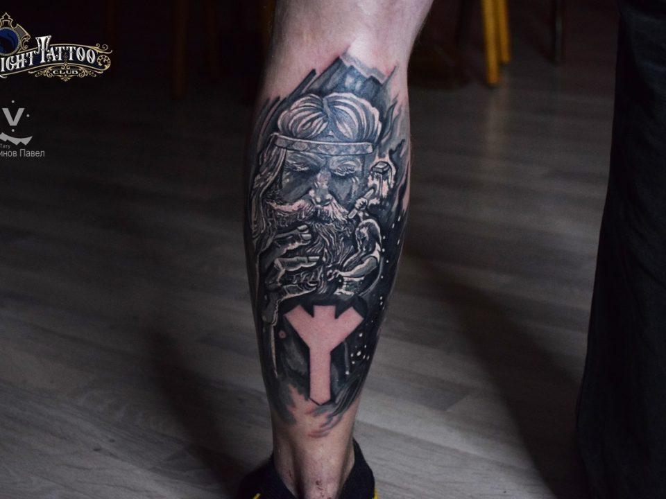 Татуировка на ноге мужчины, пример из чего формируется стоимость тату