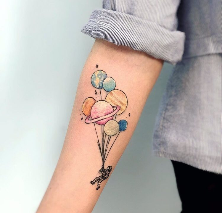 Пример в стиле тату Минимализм. Татуировка человека с планетами