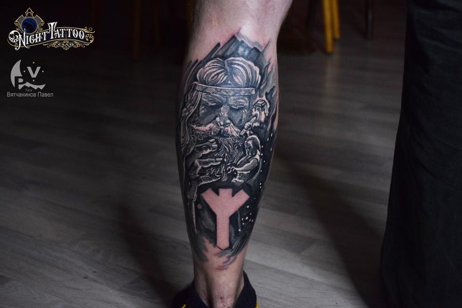 Тату на ноге мужчины - Славянский старец и руна Альгиз